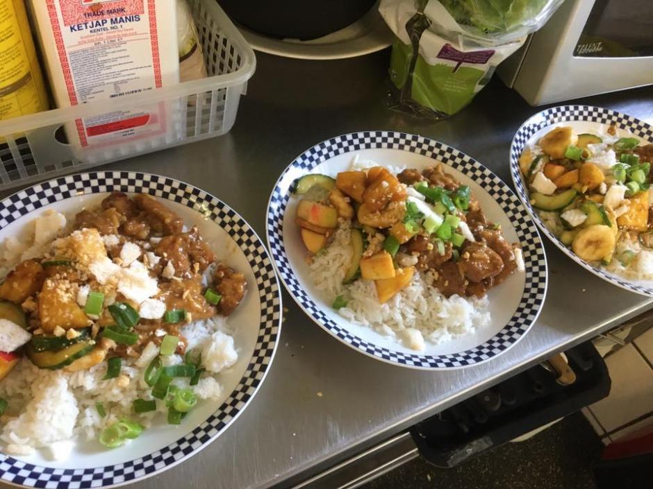 Zondag 27/8: Kipblokjes in pindasaus, met rijst en roedjak